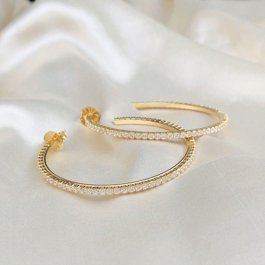 Argola Cravejada em Zircônias Cristal (G) Banhada em Ouro 18K