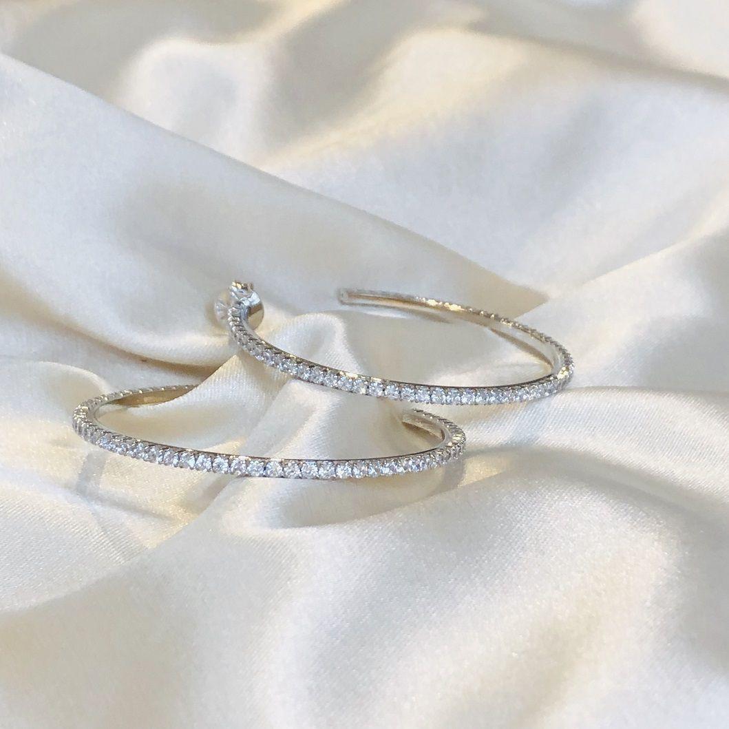 Argola Cravejada em Zircônias Cristal (G) Banhada em Ródio Branco