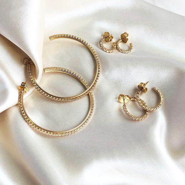 Argola Cravejada Zircônias Cristal (M) Banhada em Ouro 18k