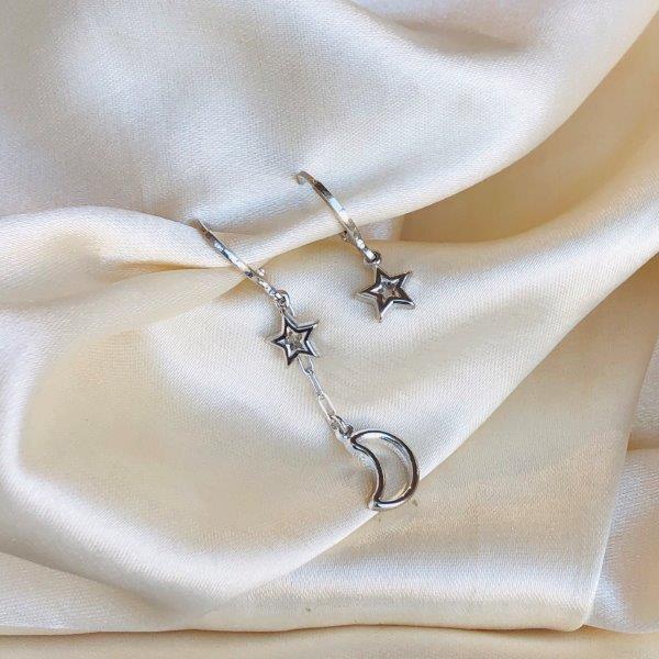 Argolinha Assimétrica Estrelas e Lua Banhada em Ródio Branco