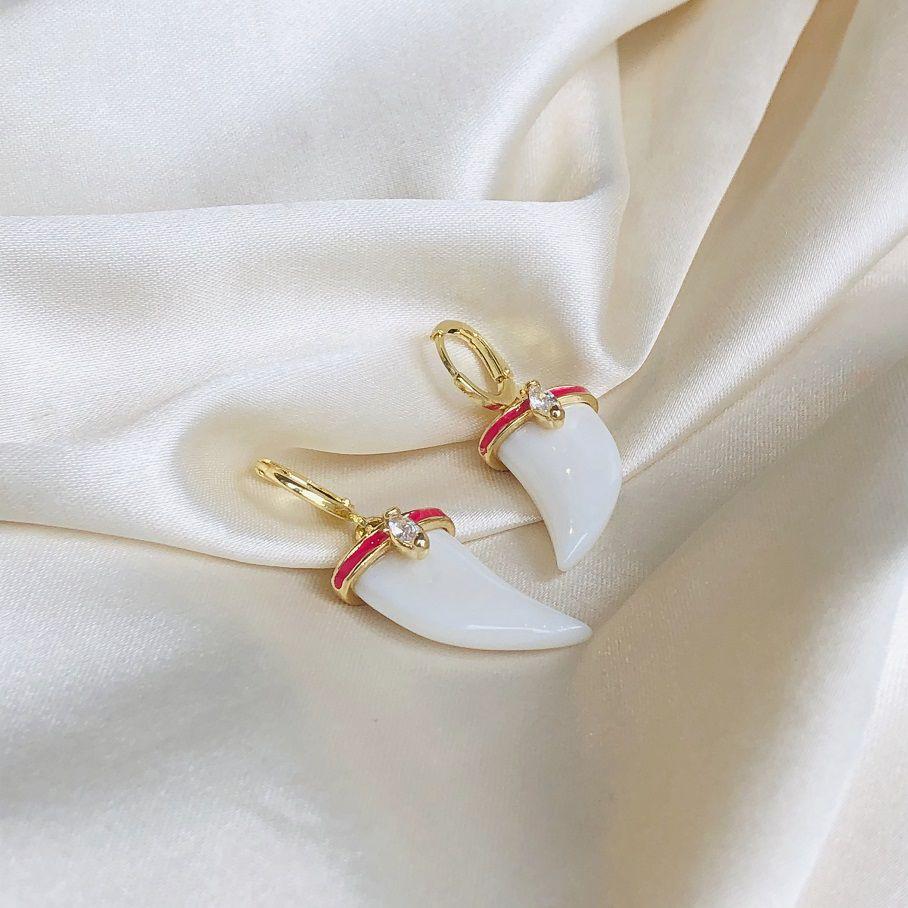 Argolinha com Dente Madre Pérola Resina Vemelha Banhada em Ouro 18k