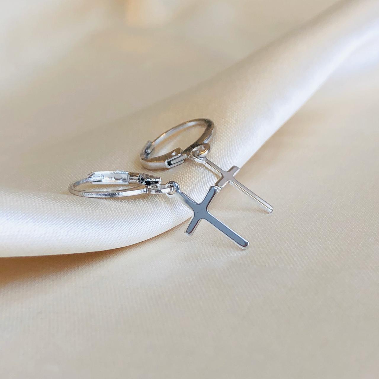 Argolinha com Pingente de Cruz Banhada em Ródio Branco
