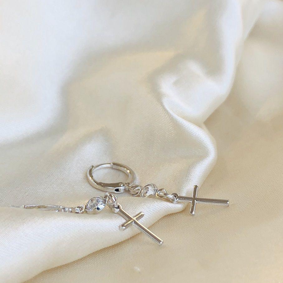 Argolinha com Pingente de Cruz com Zircônia Banhada em Ródio Branco