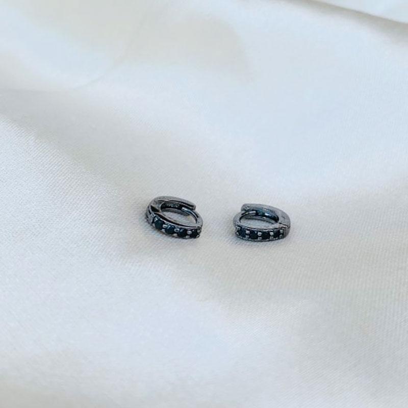 Argolinha Mini Cravejada em Zircônias Ônix Banhada em Ródio Negro