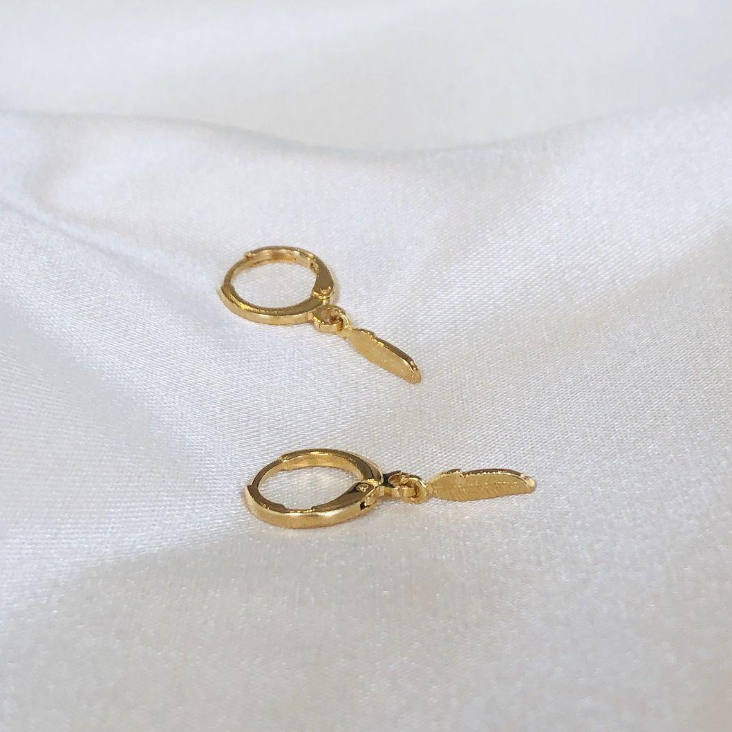 Argolinha com Pingente de Pena Banhada em Ouro 18k