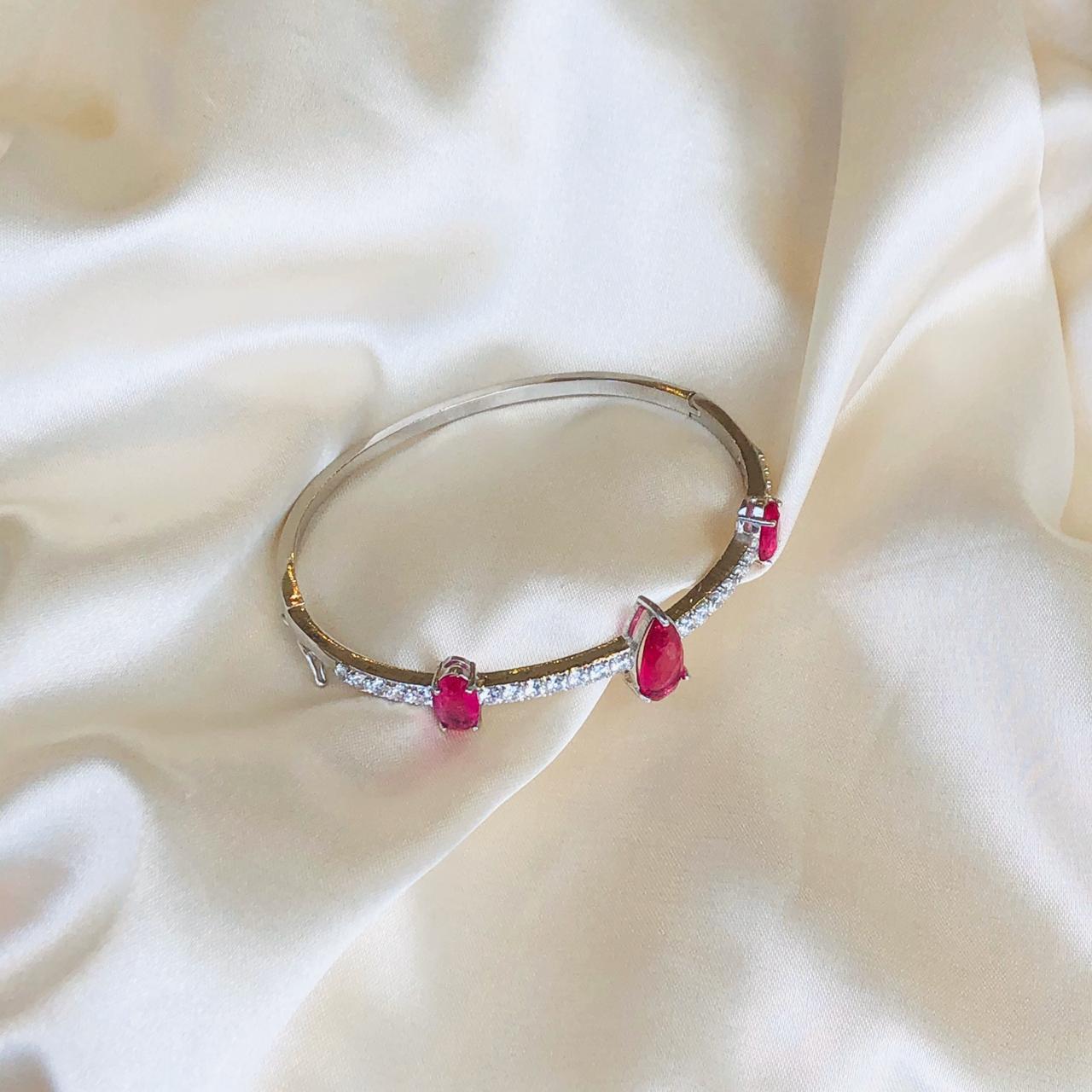 Bracelete com Gota Fusion Rubelita e Cravejado de Zirconias Cristal Banhada em Ródio Branco