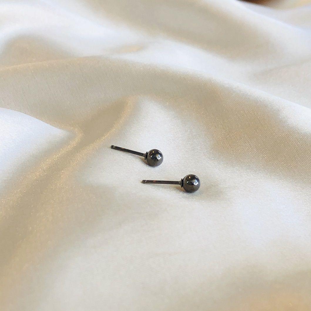 Brinco Bolinha Metalizada Lisa 4mm Banhada em Ródio Negro