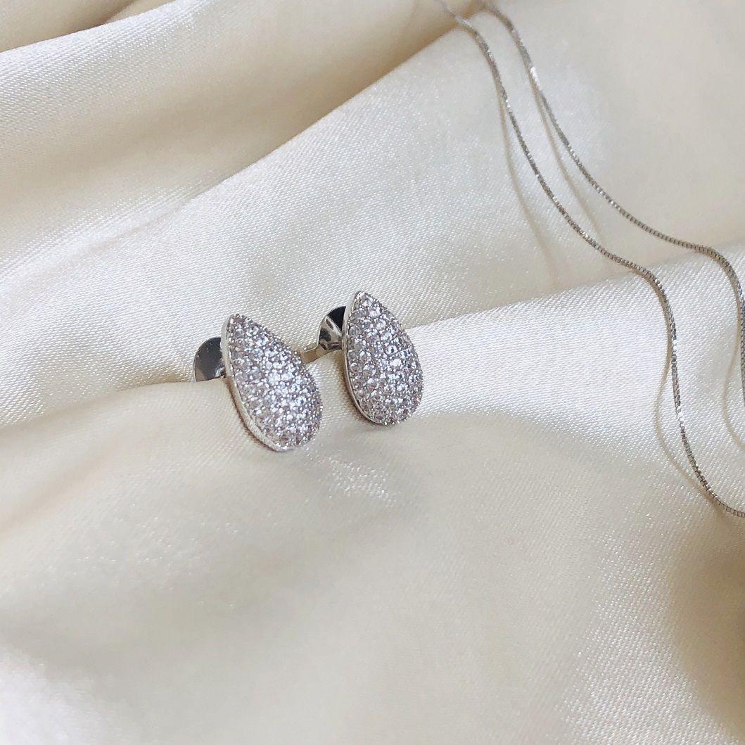 Brinco Gota Cravejada em Zircônias Cristal Banhada em Ródio Branco
