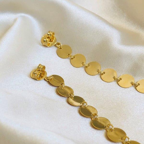 Brinco Longo de Medalhinhas com Ponto de Luz Banhado em Ouro 18k