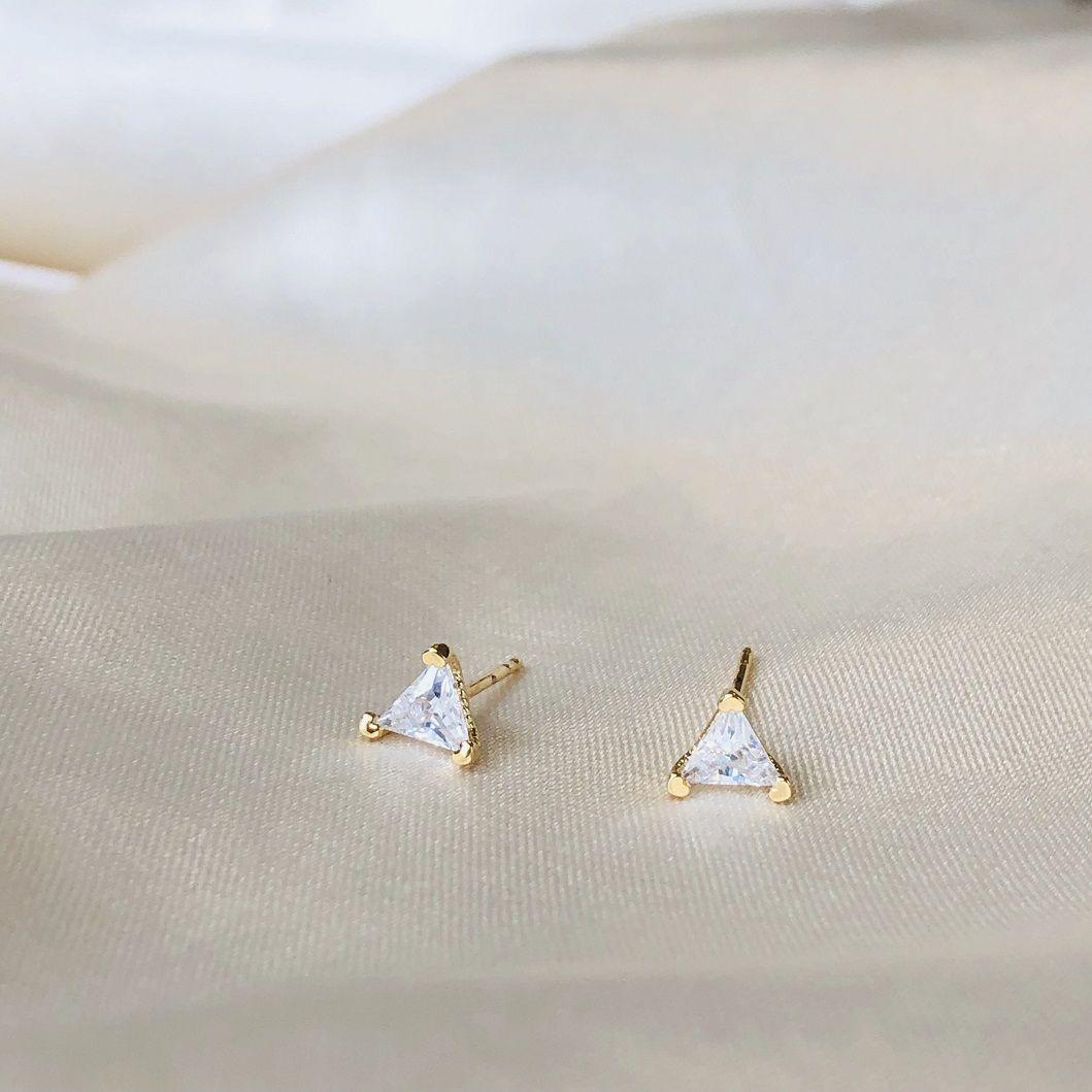 Brinco Ponto de Luz Triangular com Zircônia Cristal Banhado em Ouro 18k