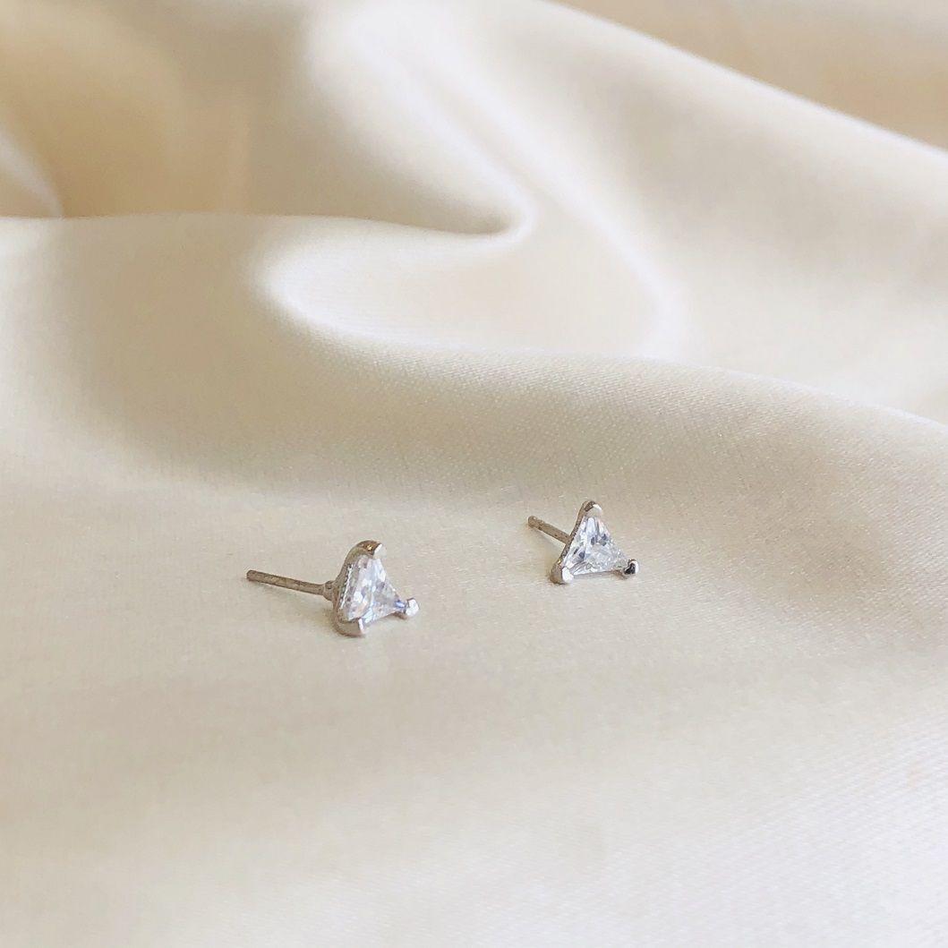 Brinco Ponto de Luz Triangular com Zircônia Cristal Banhado em Ródio Branco