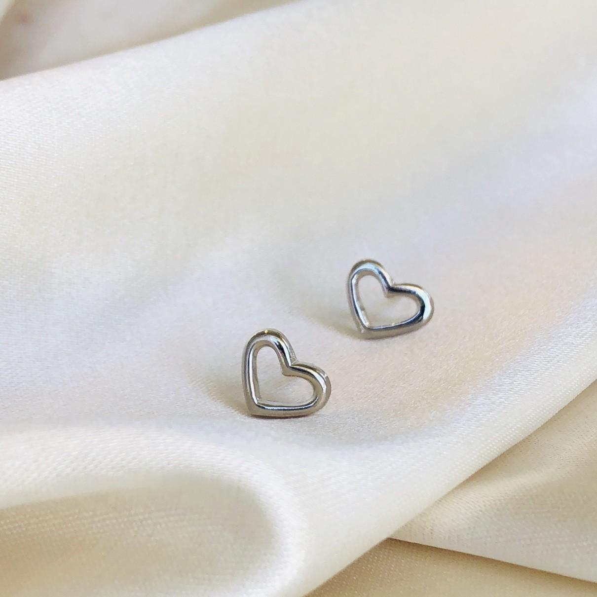 Brinquinho de Coração Vazado Banhado em Ródio Branco