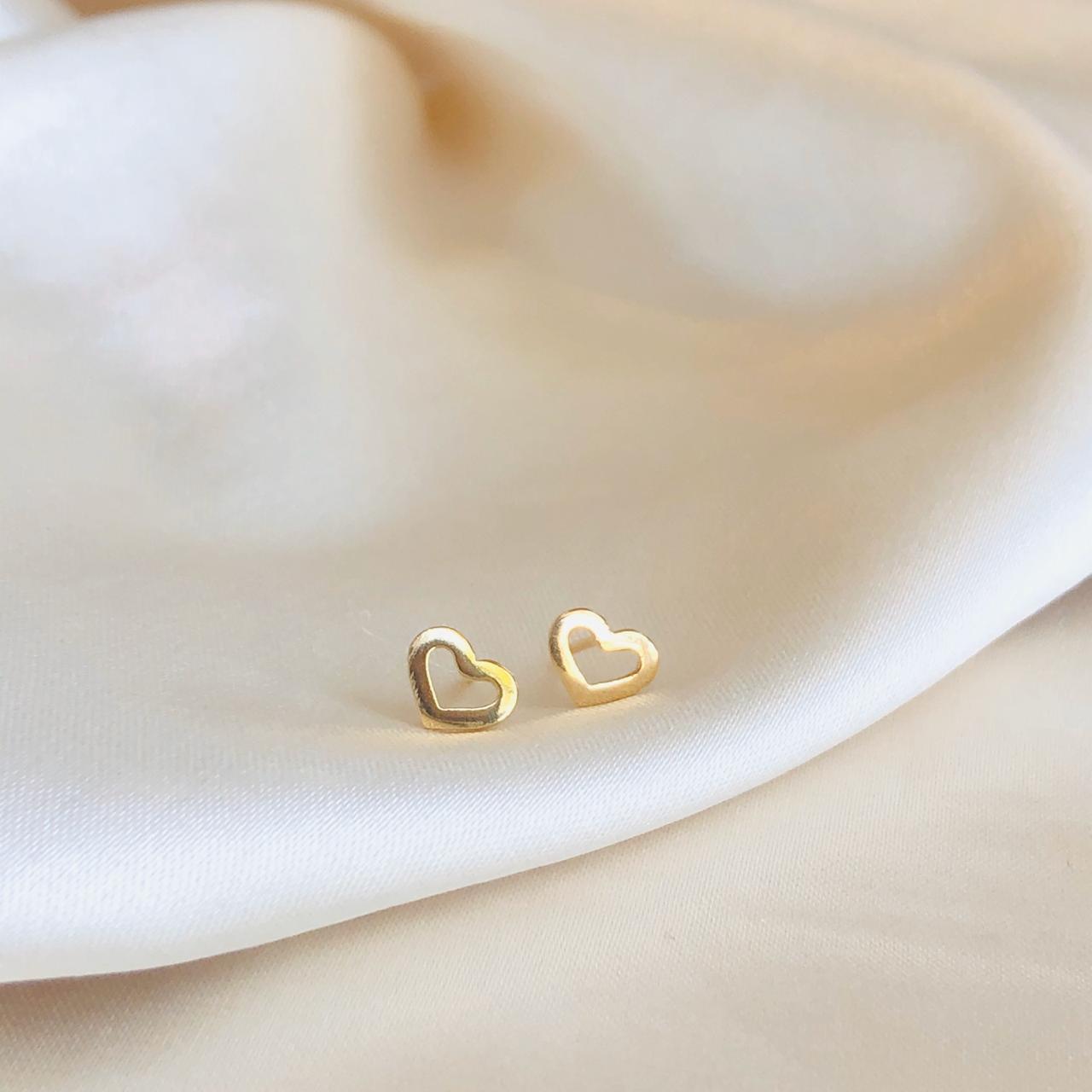 Brinquinho Mini Coração Vazado Banhado em Ouro 18k