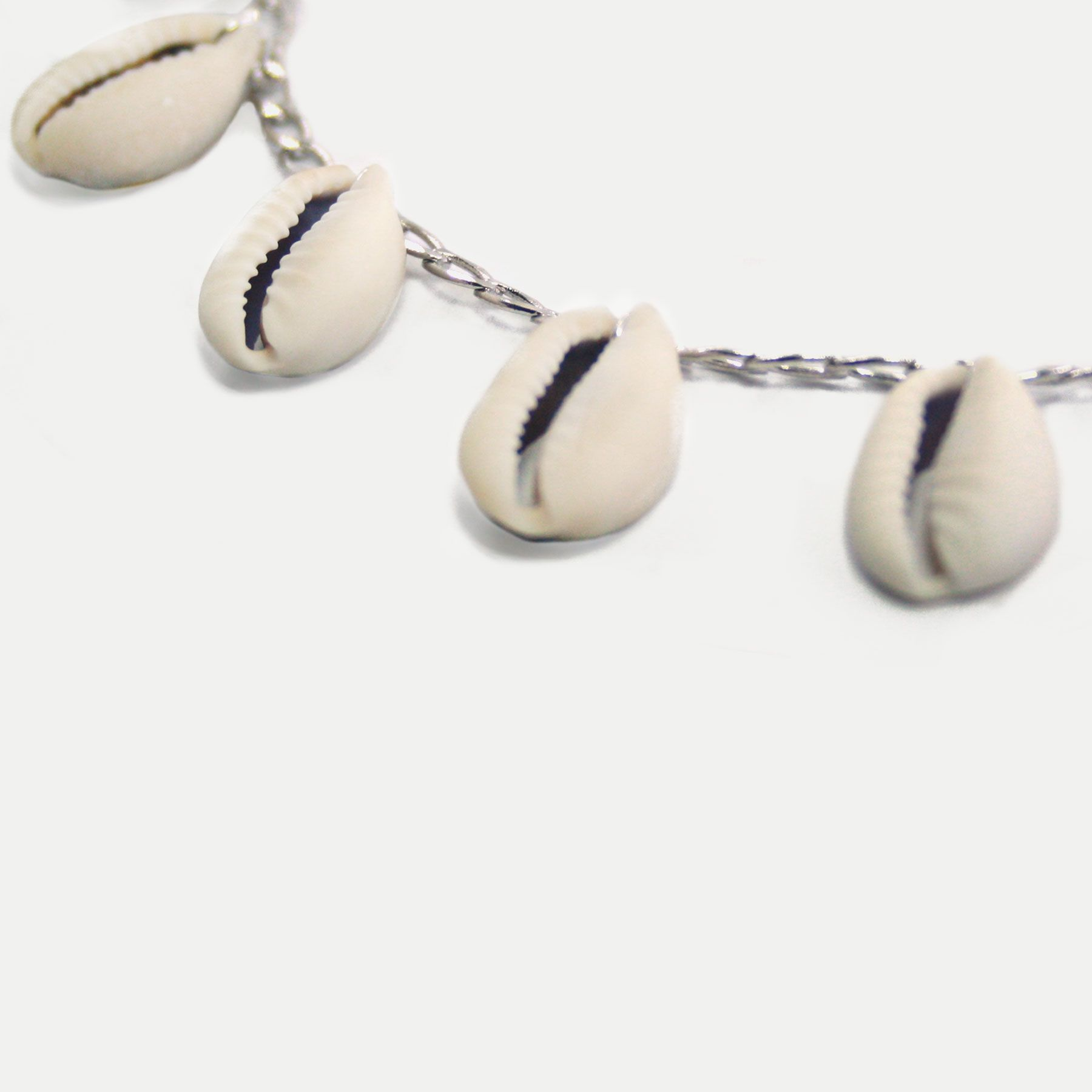 Choker Pingentes Búzios Naturais Banhada em Ródio Branco