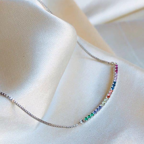 Colar Arco Cravejado Colorido Banhado em Ródio Branco
