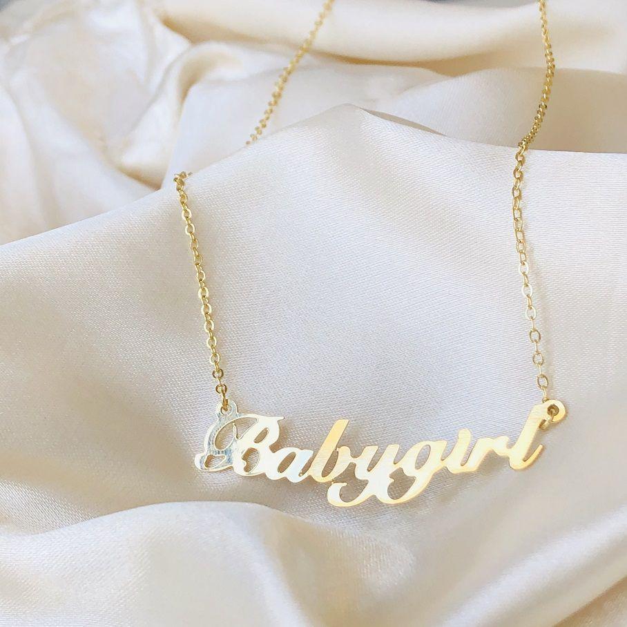 Colar Babygirl Script Banhado em Ouro 18k