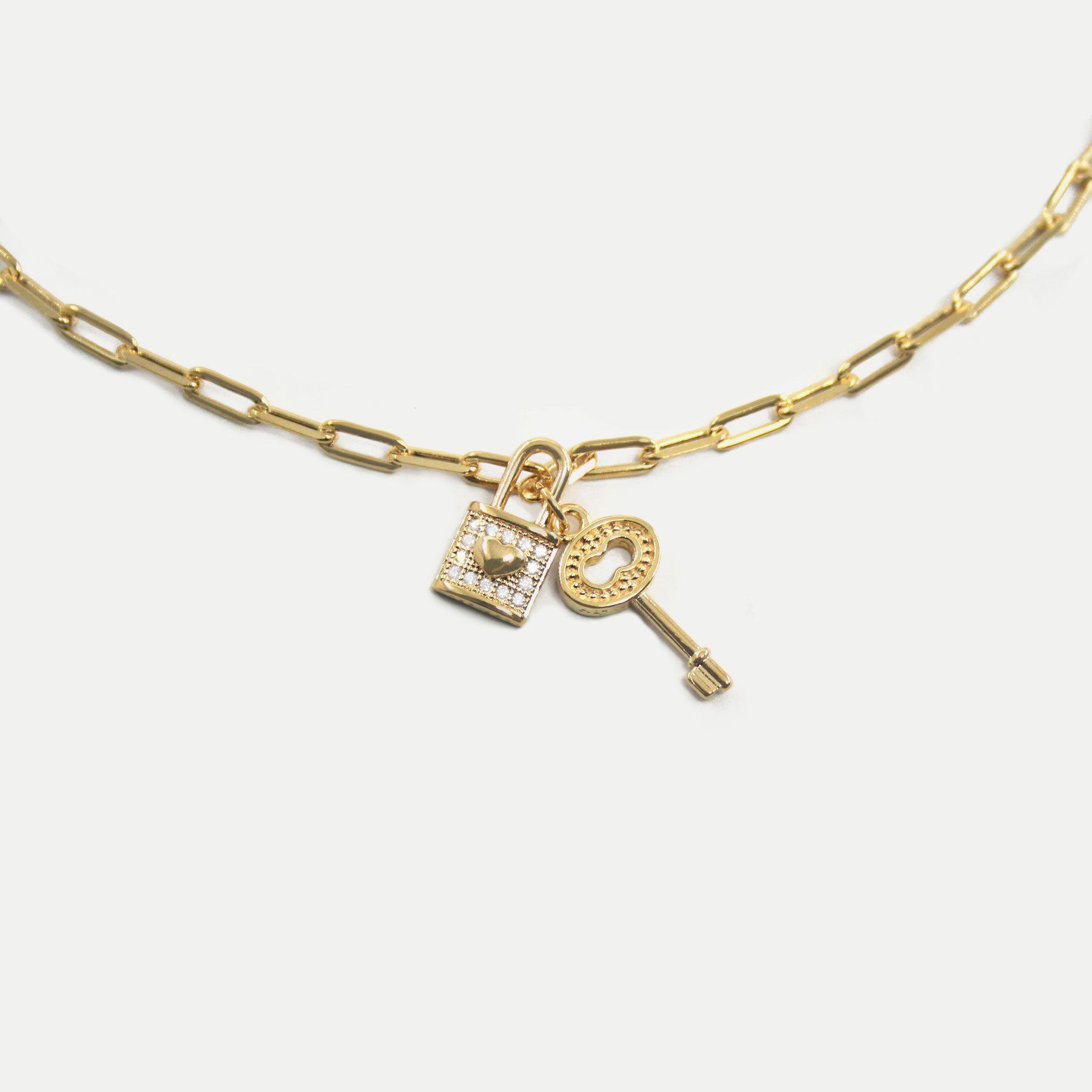 Colar Curto Corrente Elos Achatados com Pingentes de Cadeado e Chave Banhado em Ouro 18k