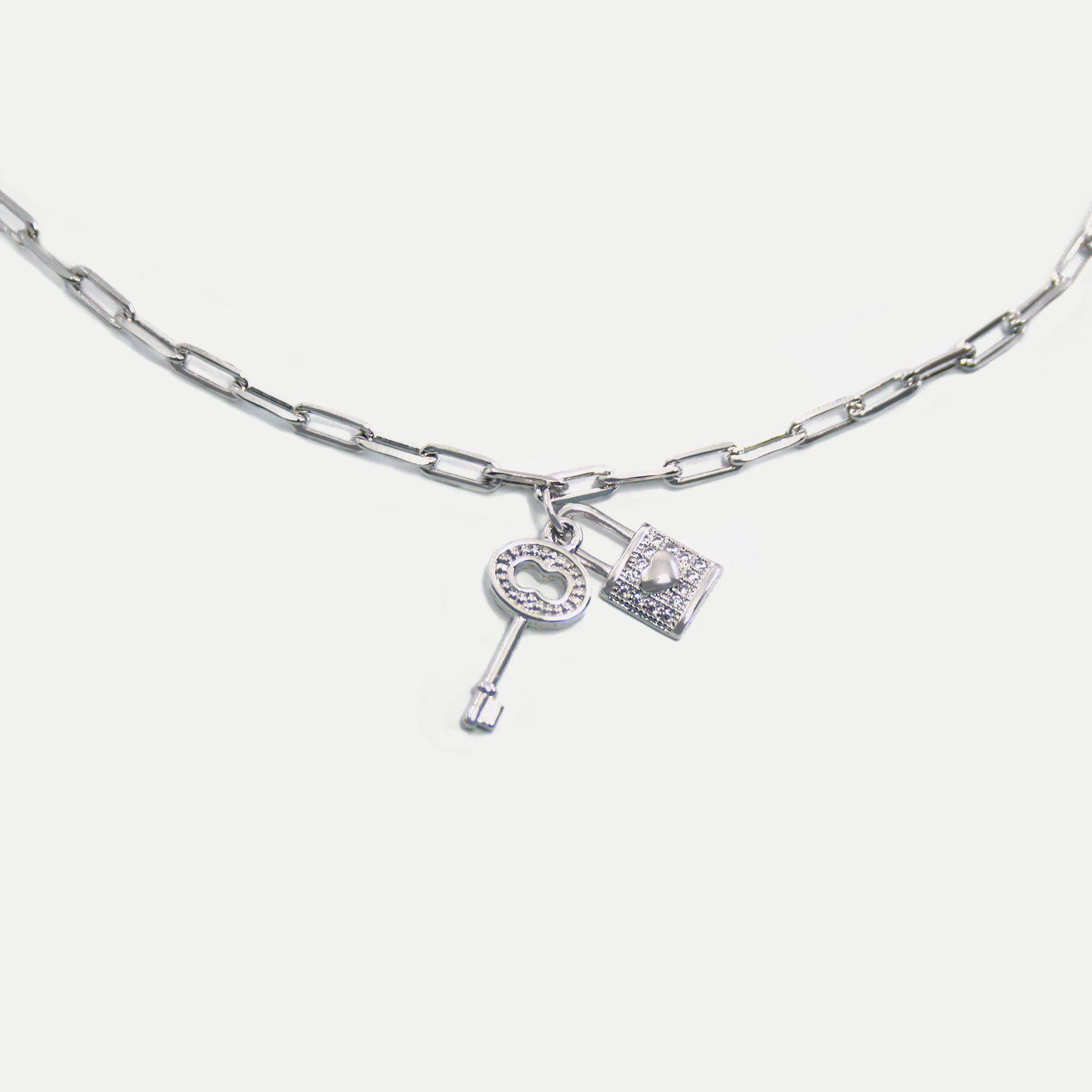 Colar Curto em Corrente Cartier com Pingentes de Cadeado e Chave Banhado em Ródio Branco