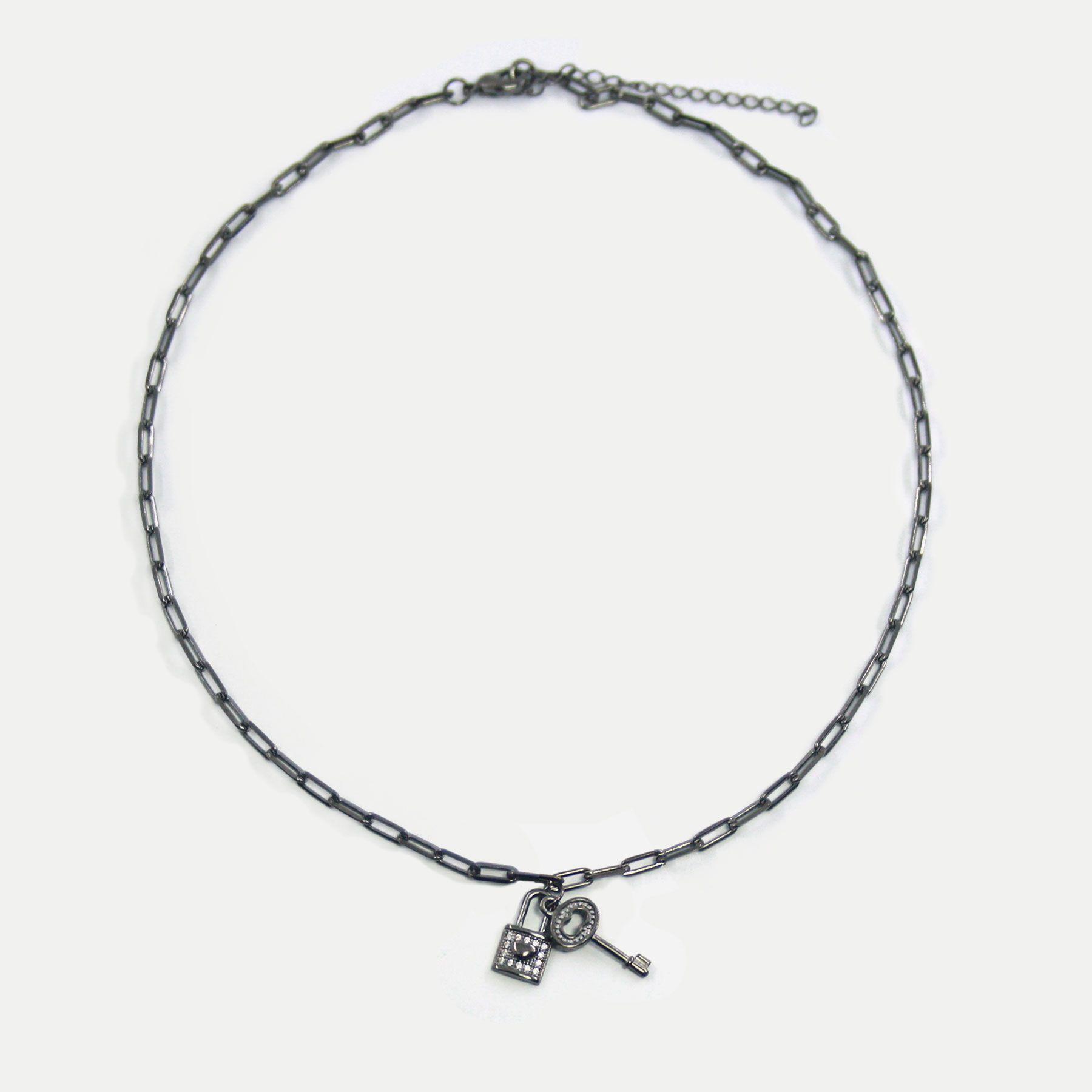 Colar Curto em Corrente Cartier com Pingentes de Cadeado e Chave Banhado em Ródio Negro