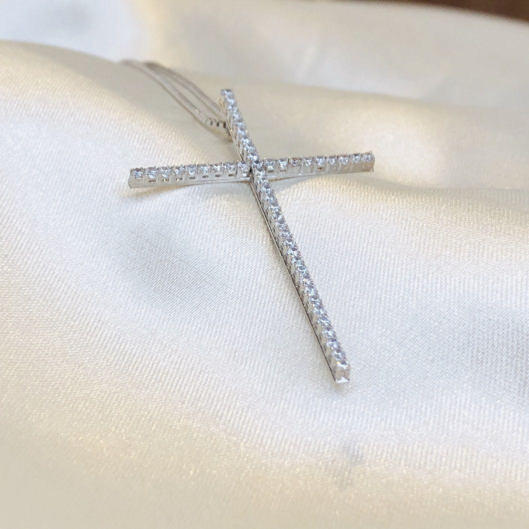 Colar Crucifixo Cravejado em Zircônias Cristal Banhado em Ródio Branco