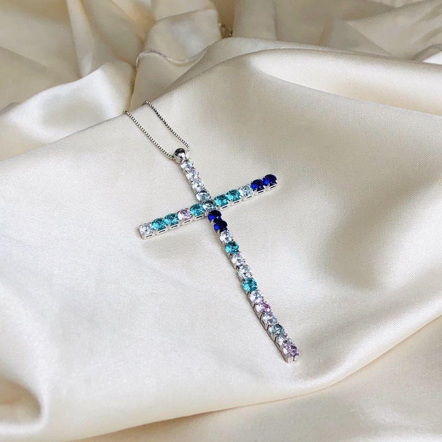 Colar Crucifixo Cravejado Colorido Banhado em Ródio Branco