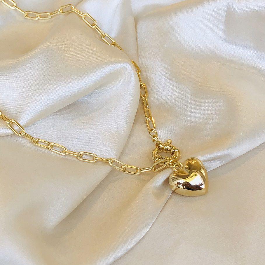 Colar Curto em Corrente Cartier e Pingente de Coração Banhado em Ouro 18k