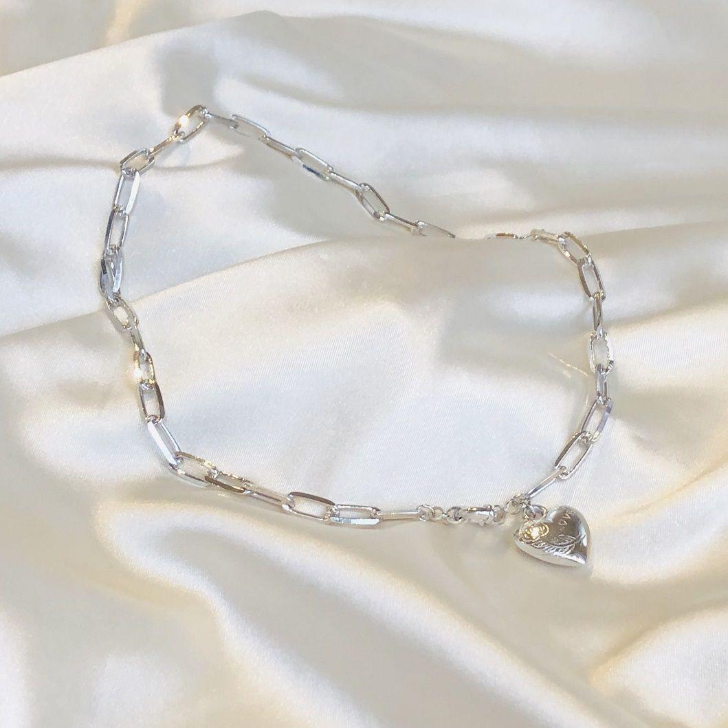 Colar Curto em Corrente Cartier e Pingente de Coração Banhado em Ródio Branco