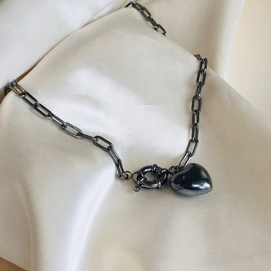 Colar Curto em Corrente Elos Achatados e Pingente de Coração Banhado em Ródio Negro
