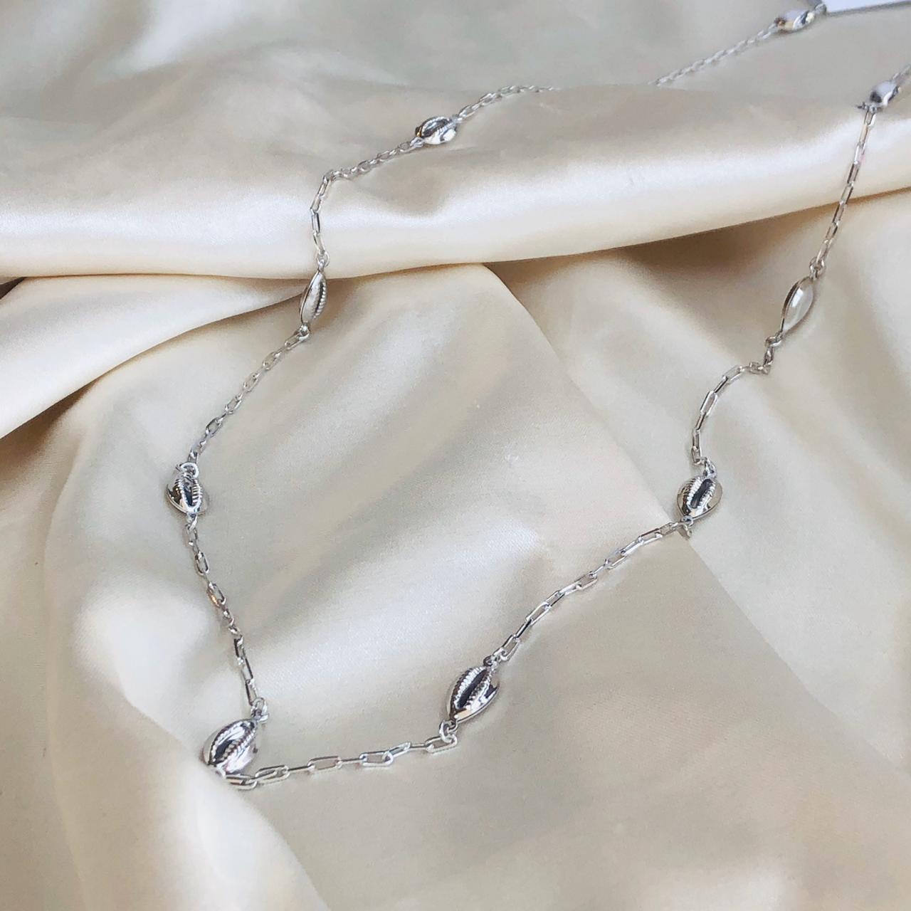 Colar Longo em Corrente Cartier com Buzios Banhado em Ródio Branco