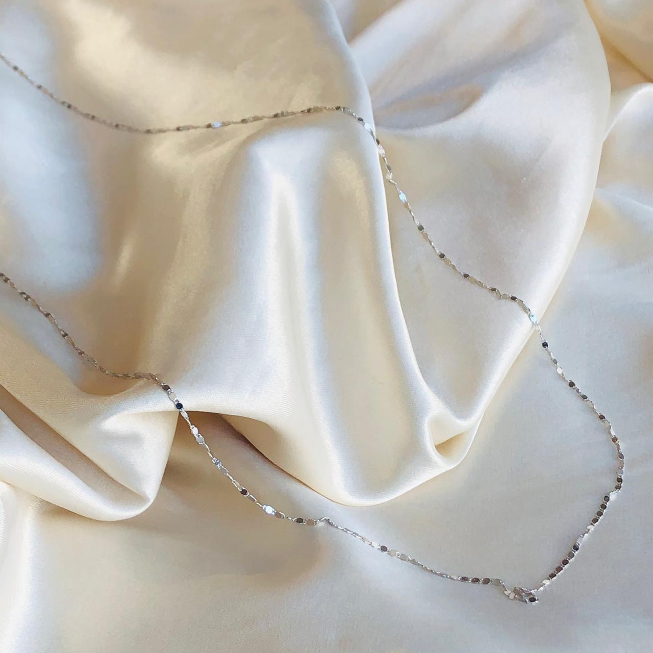 Colar Longo Micro Medalhinhas Banhado em Ródio Branco