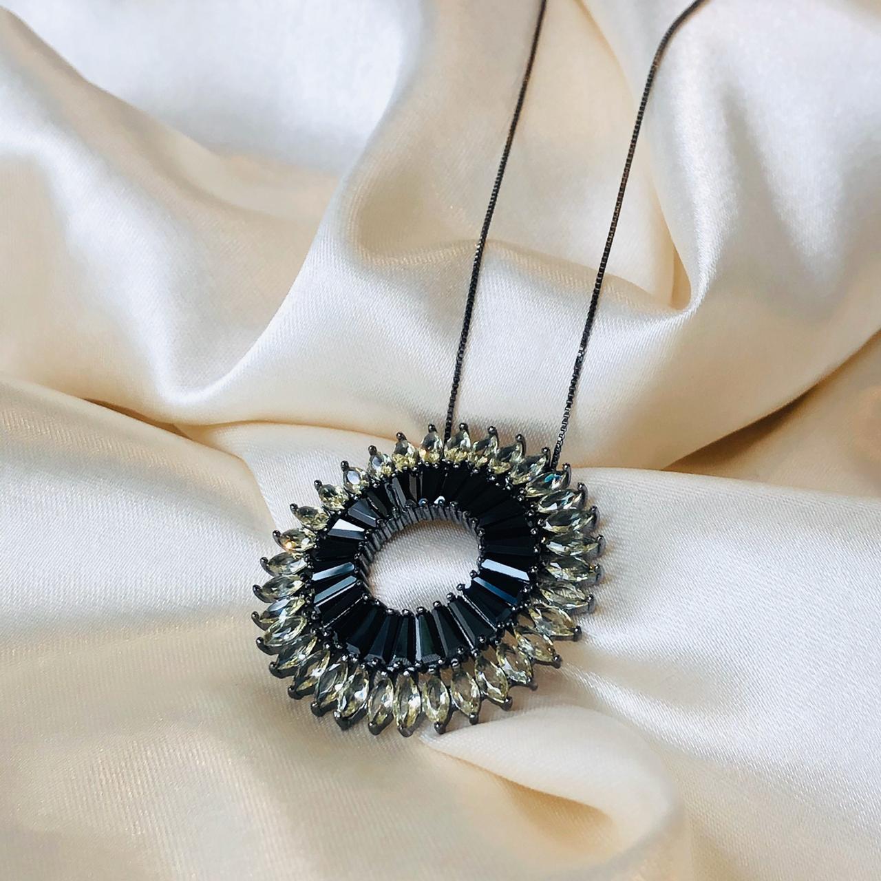 Colar Mandala Cravejada em Zircônias Citrino e Ônix Ródio Negro
