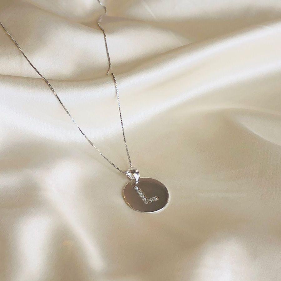 Colar Medalha com Letra Cravejada Banhado em Ródio Branco