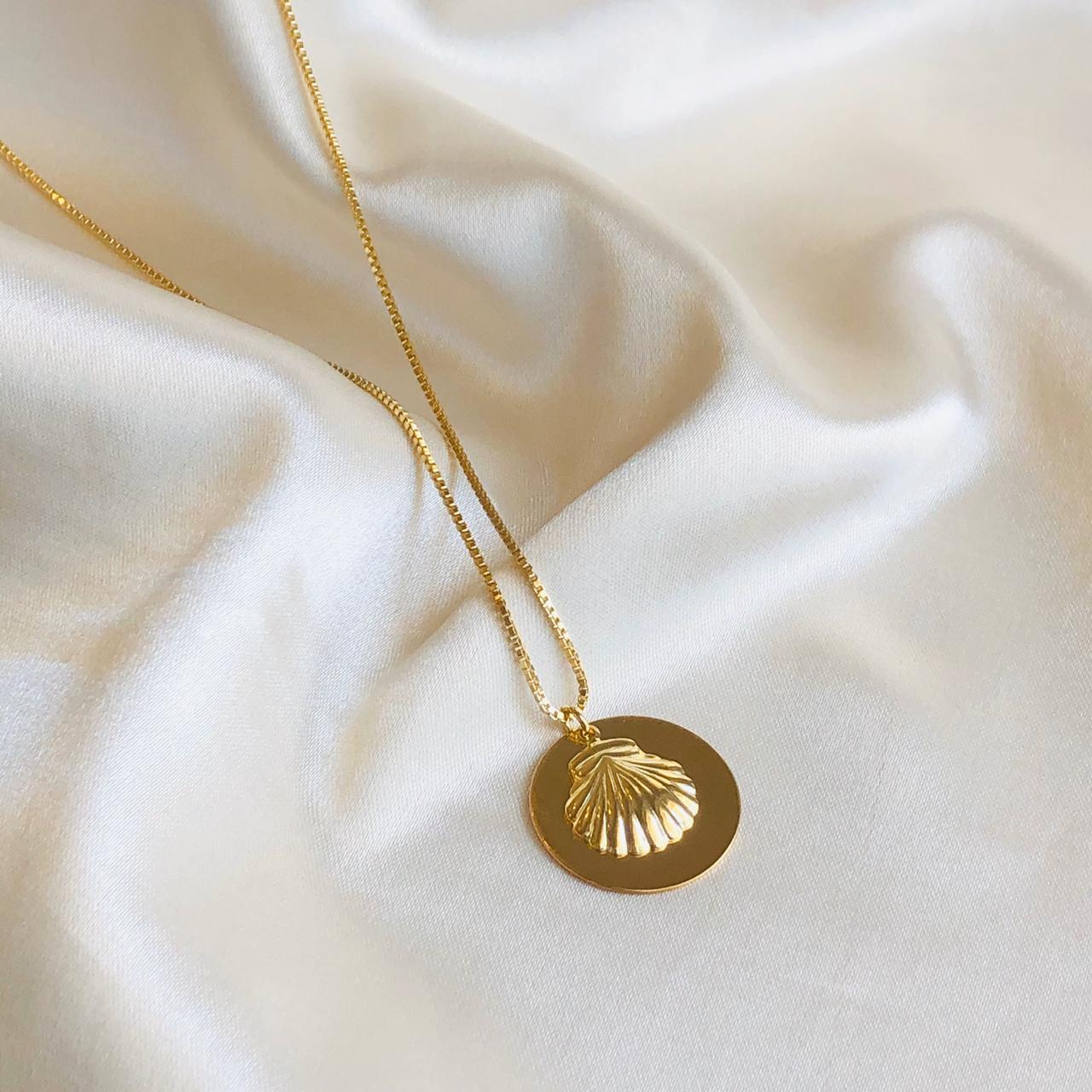 Colar Medalha e Concha Banhado em Ouro 18k