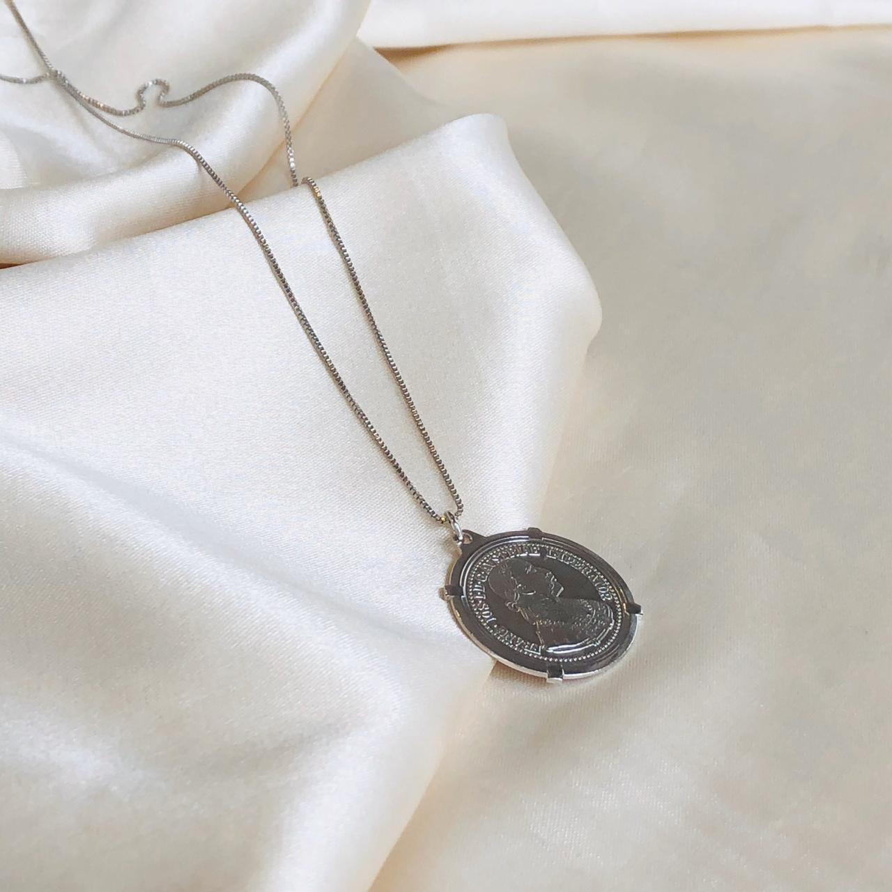 Colar Medalha Moeda Banhada em Ródio Branco