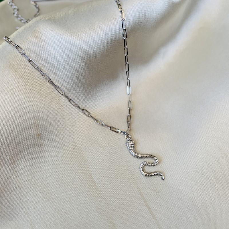 Colar Pingente Cobra Cravejada Banhada em Ródio Branco