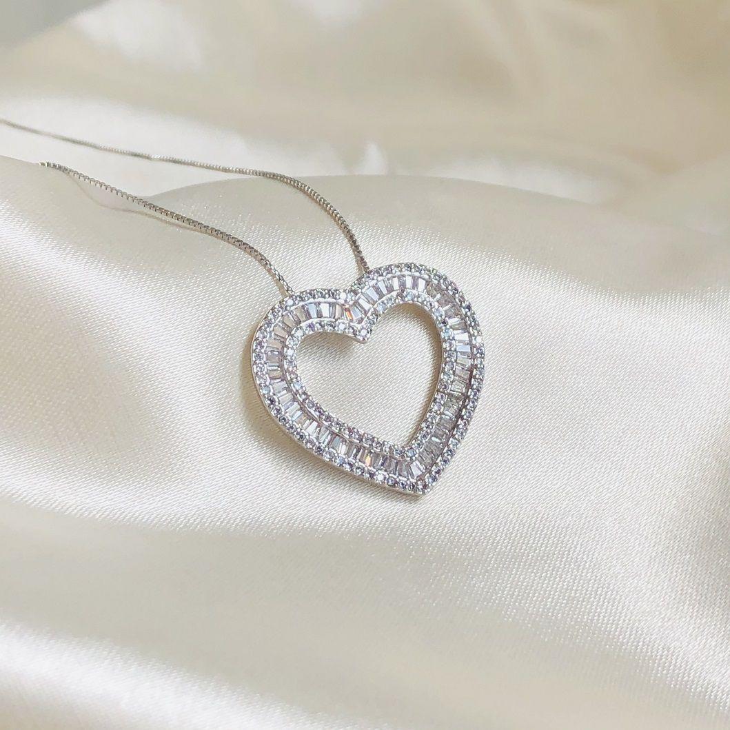 Colar Pingente Coração Cravejado em Zircônias Cristal Banhado em Ródio Branco
