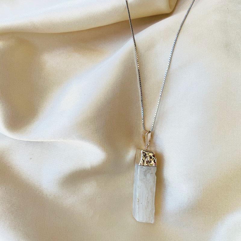 Colar Pingente de Selenita Banhado Ródio Branco