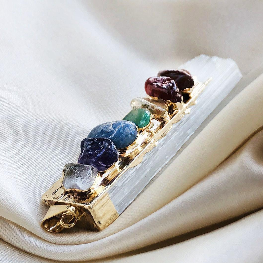 Colar Pingente de Selenita com 7 Pedras dos Chakras Banhado Ouro 18k