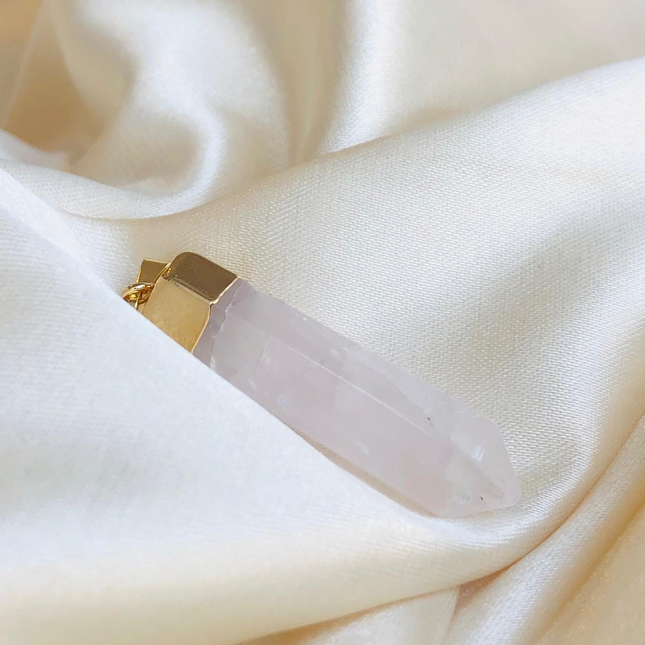 Colar Pingente Ponta de Quartzo Rosa Banhado em Ouro 18k