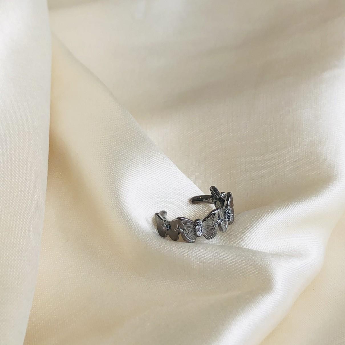 Piercing de Pressão com Borboletas Banhada em Ródio Negro