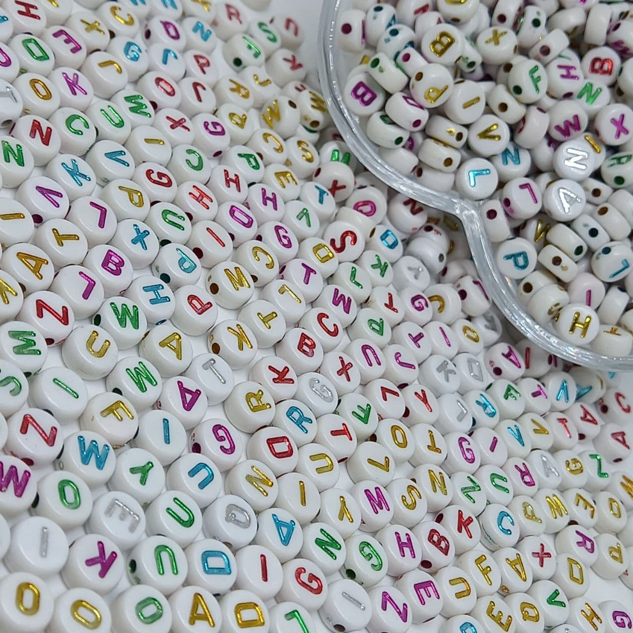 Alfabeto redondo branco c/ letras coloridas metalizadas 7mm - 25g