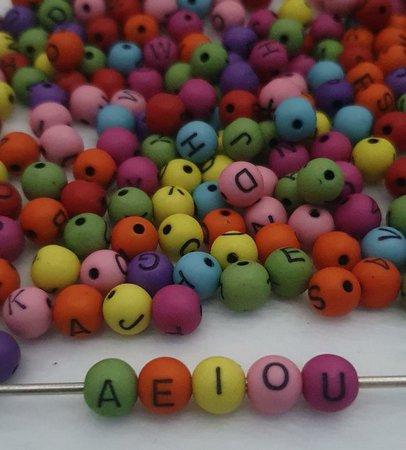 Bolinhas coloridas com letras preta - 25g