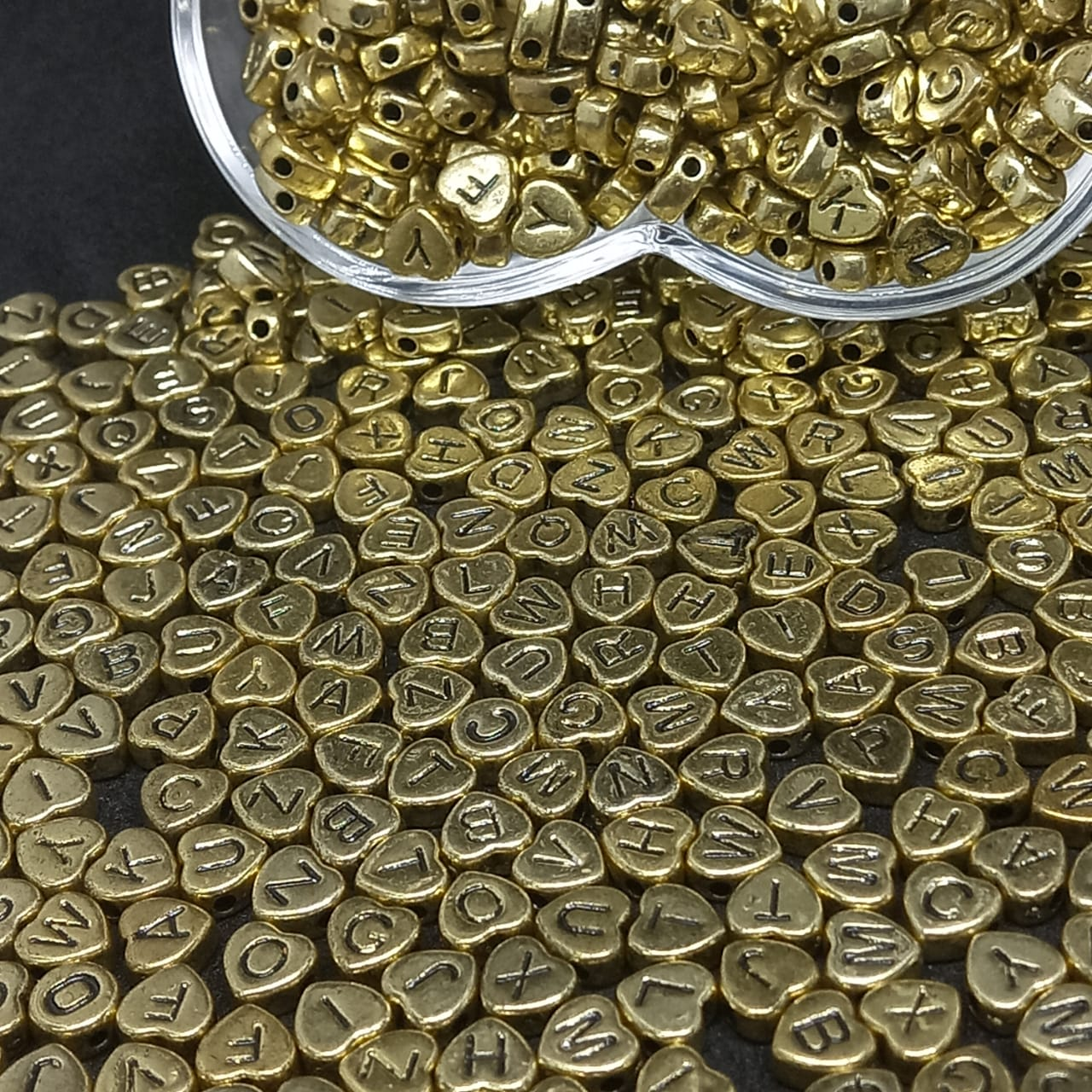 Coração dourado c/ letra preta 7mm- 25g