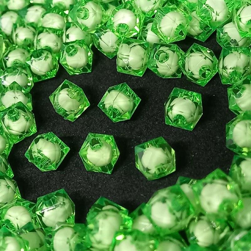 Cubinho  de acrilico verde  com miolo branco  8MM 25g