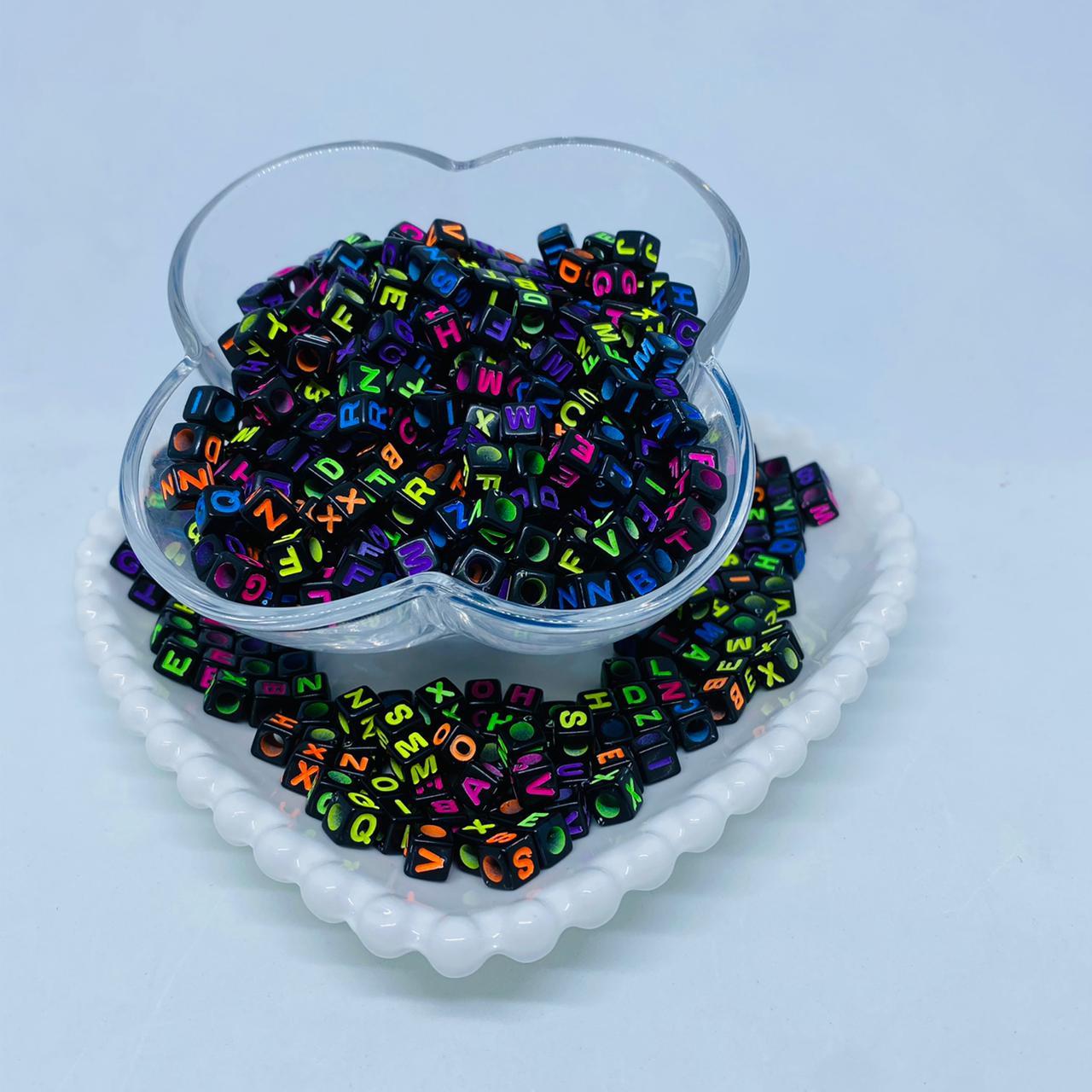 Cubo preto com letra neon colorido 6mm- 25g