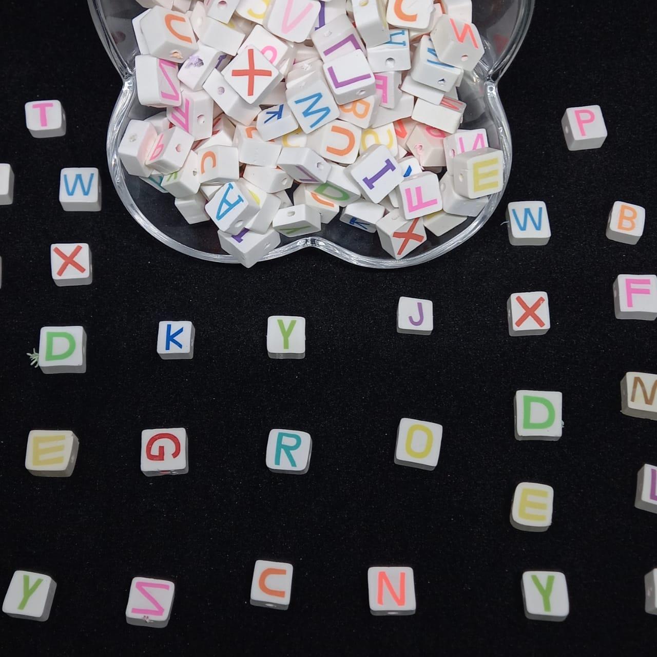Letrinhas sortidas quadradas emborrachada branco c/ multicolor 10x5mm  pacote com 10g