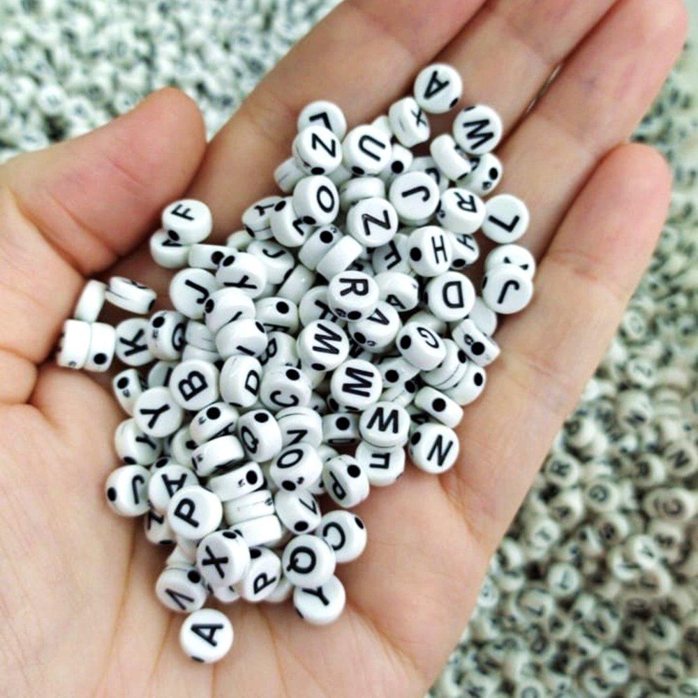 Miçanga de letra preto e branco 6mm 25 gramas  - Palácio Dos Cristais