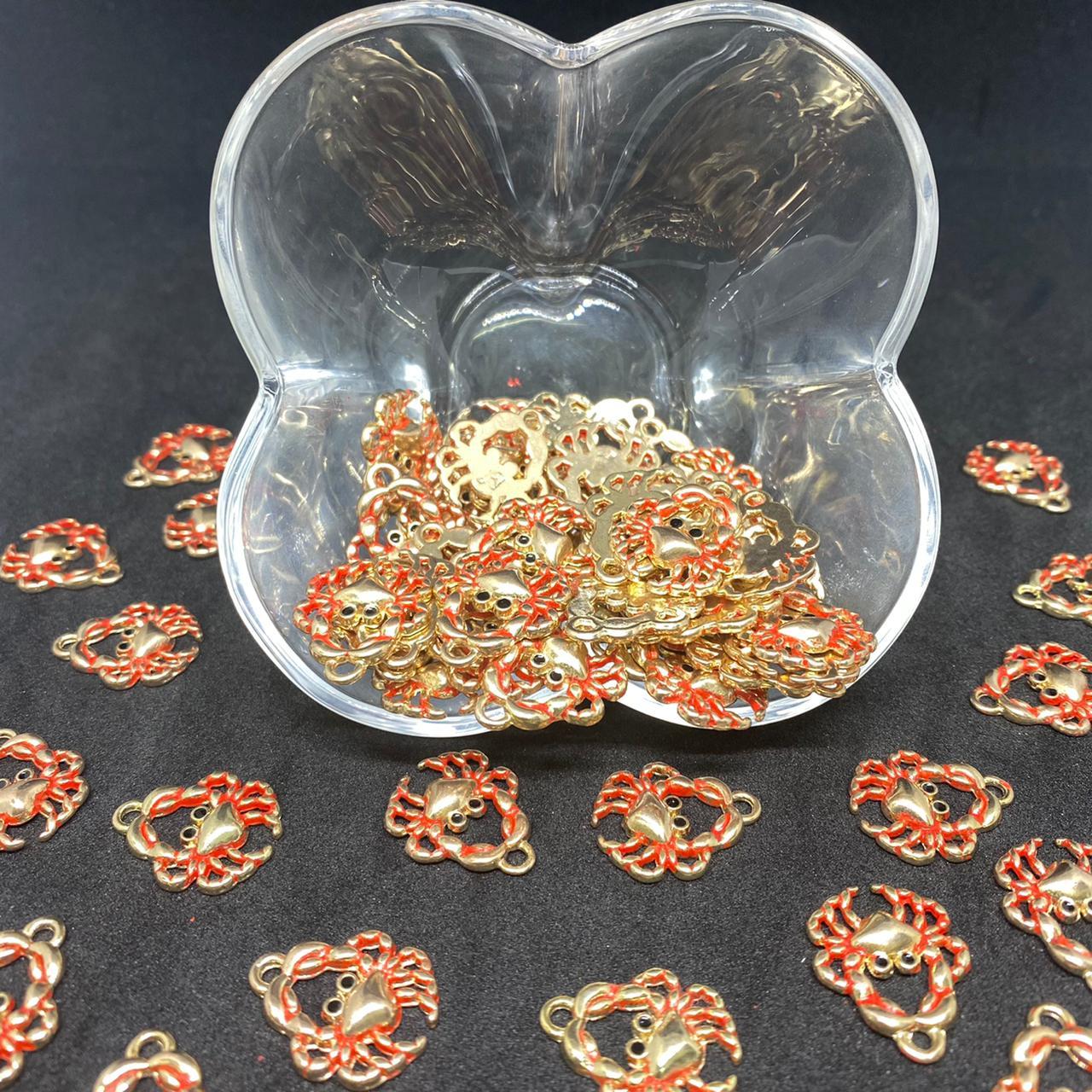 Pingente caranguejo dourado c/ vermelho 21x17mm / unidade (5173)