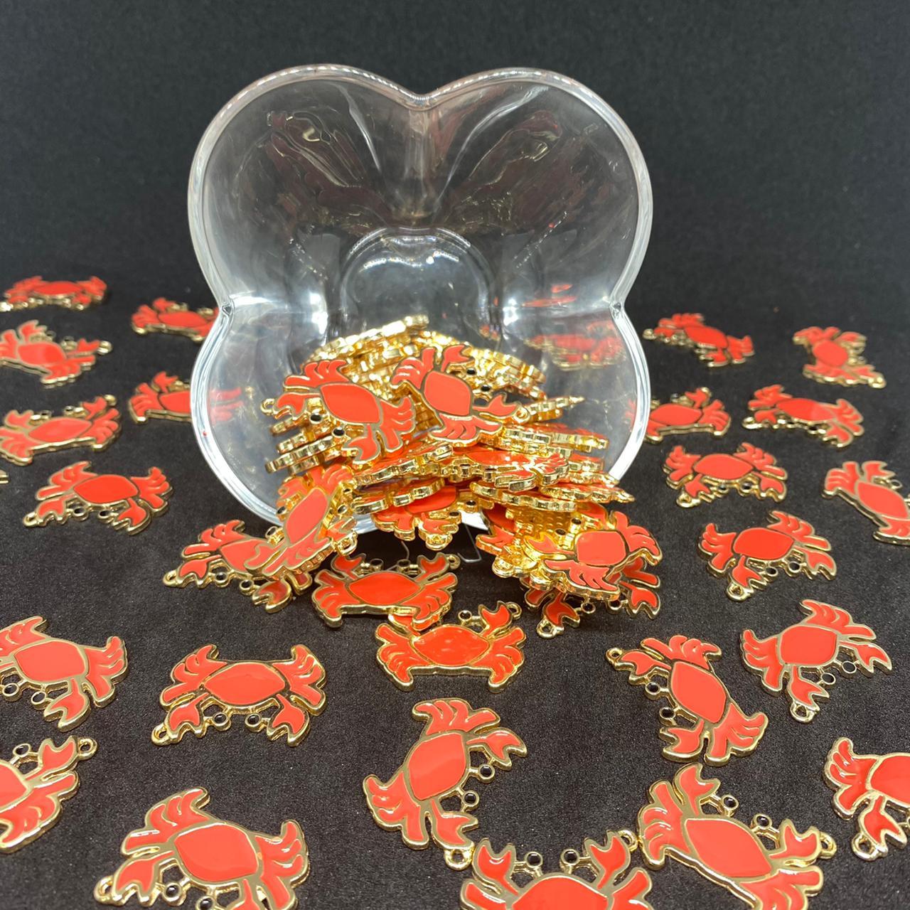Pingente caranguejo dourado c/ vermelho 28x21mm / unidade (5165)