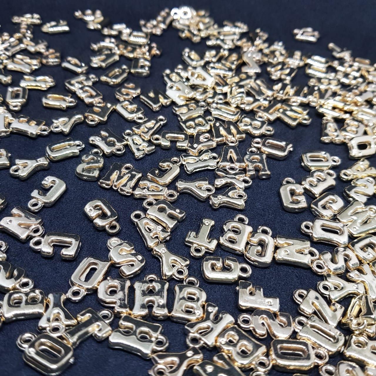 Pingente de letras douradas  10g 15mm